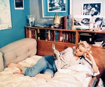 Marilyn_monroe_reading_03