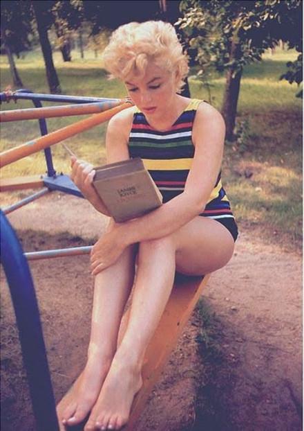 Marilyn_monroe_reading_05